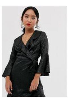 Outrageous Fortune Petite - Gerüschtes Wickelkleid mit ausgestellten Ärmeln in schwarzem Leopardenmuster - Schwarz(94103930)